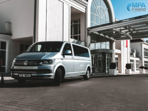 bus vw caravelle pod hotelem grand lubicz